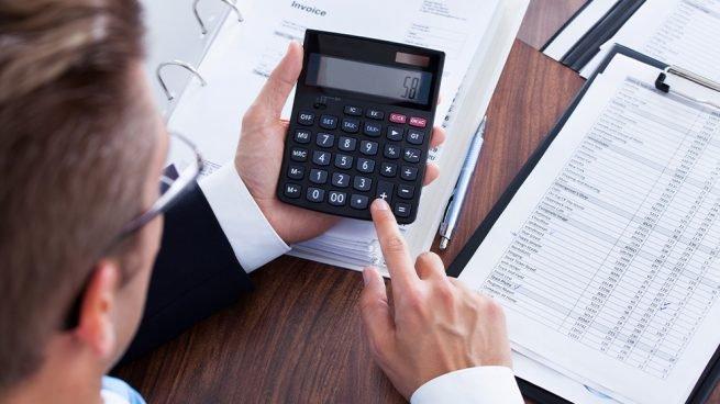 Asesor haciendo cálculos de la deducción por inversión